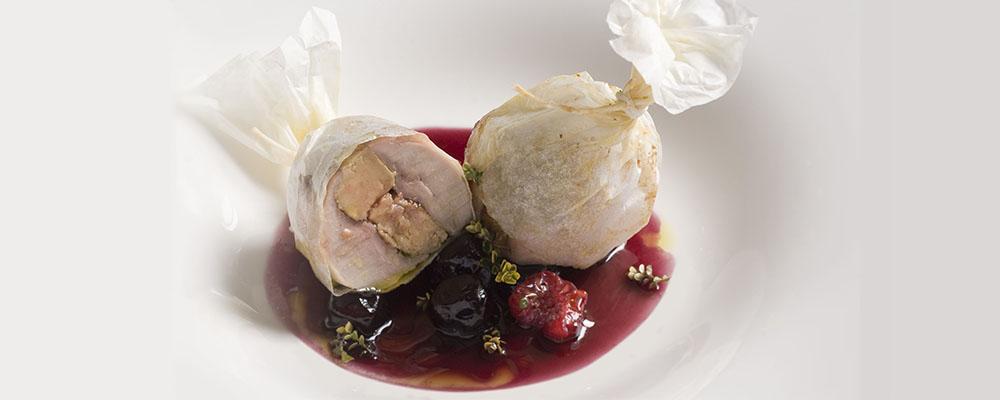 Cartoccio di quaglia e fegato grasso in salsa di visciole con piccolo calciù